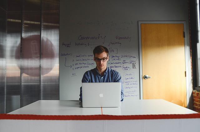 姿勢を正しくするのは何のため?職場環境改善から考える姿勢のお話